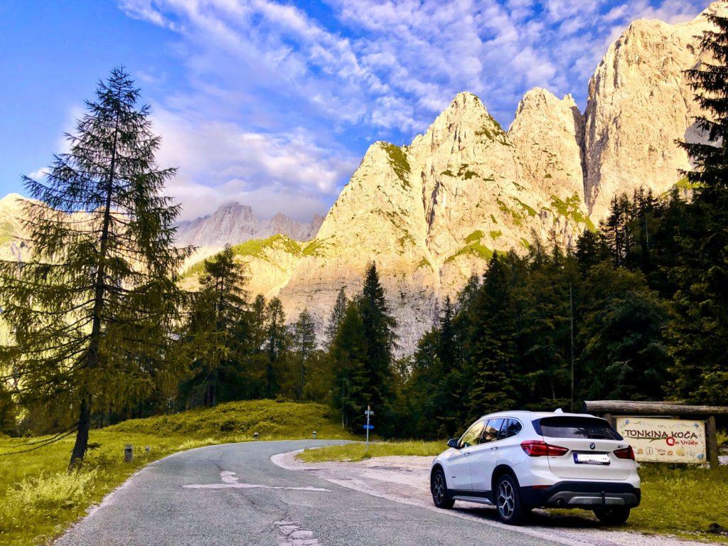 Vue de notre voiture sur la route menant au Col de Vrsic avec de belles couleurs sur les roches des montagnes