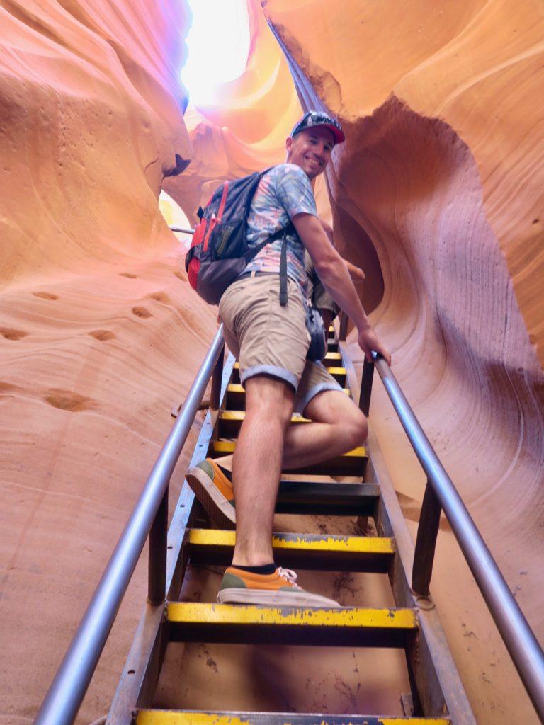Régis sur les escaliers dans Antelope canyon lower