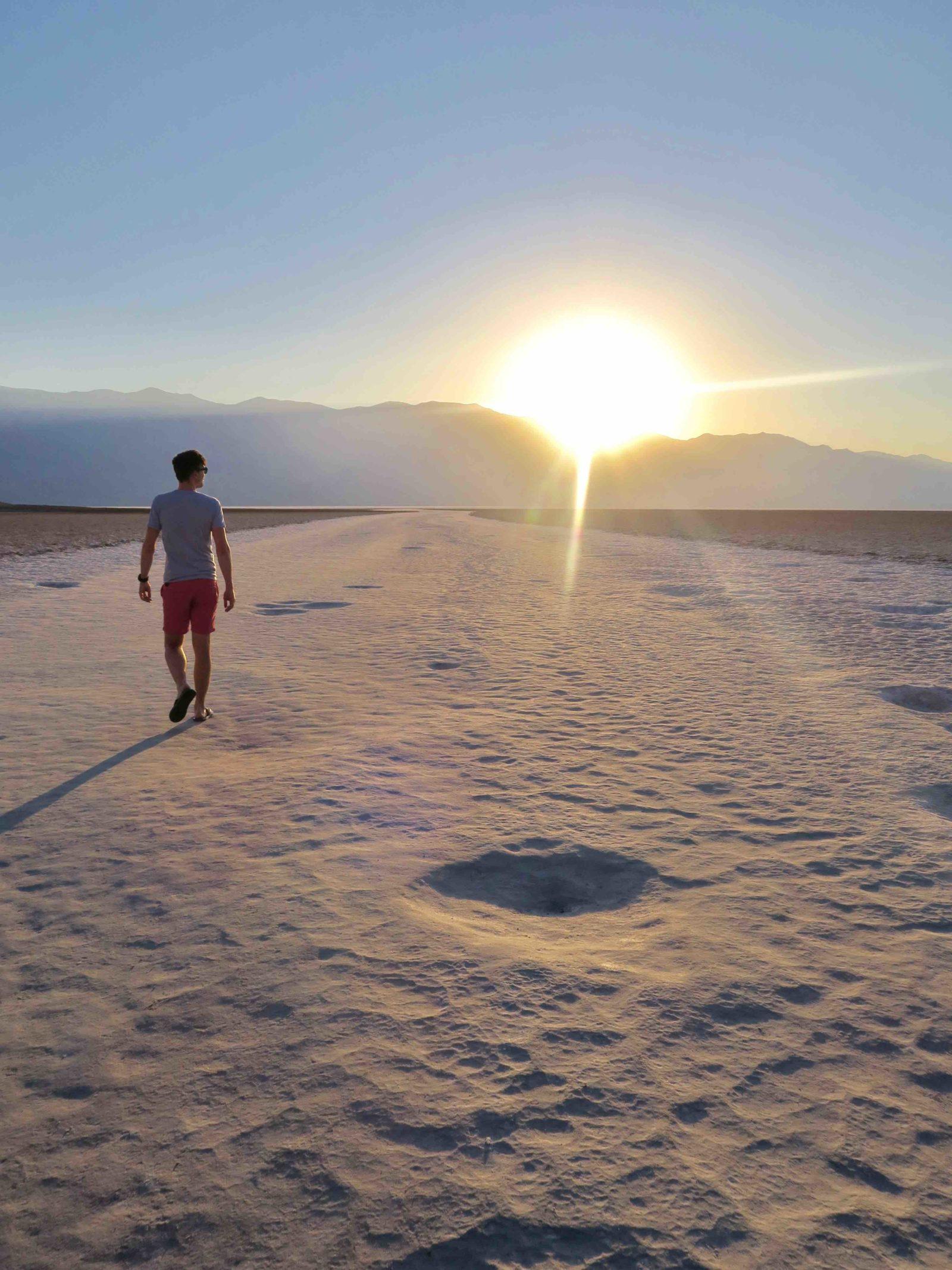 Loulou qui marche au dans le bad water bassin situé à moins 86 mètres sous le niveau de la mer
