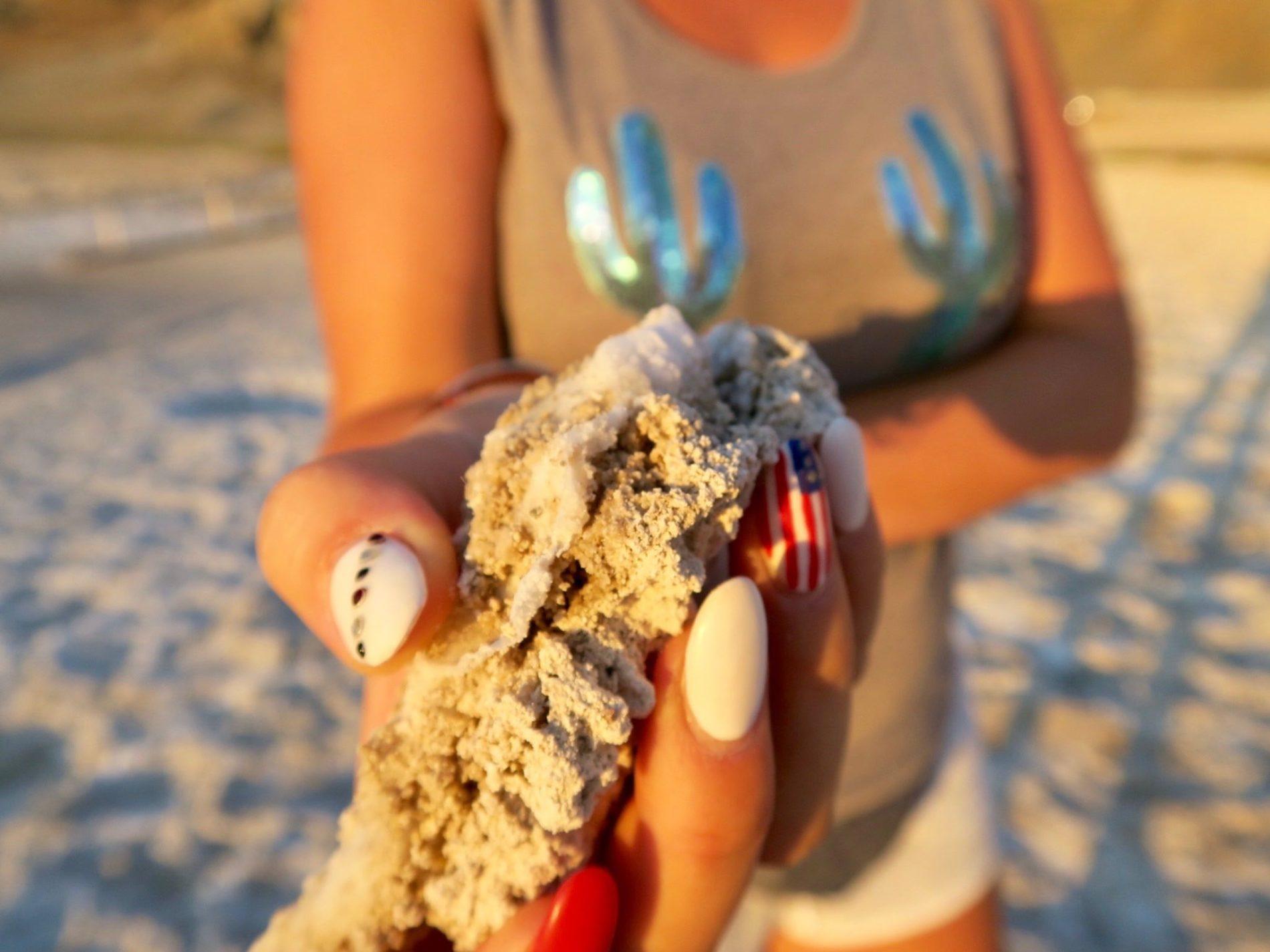 Pierre de sable de Death Valley avec les couleurs du coucher de soleil et une main aux ongles du drapeau Américain