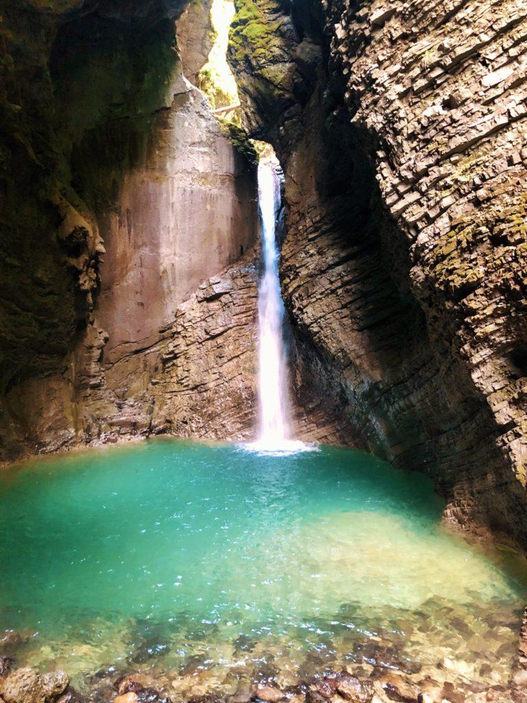 La fabuleuse cascade de Kozjak et sa fameuse eau couleur turquoise