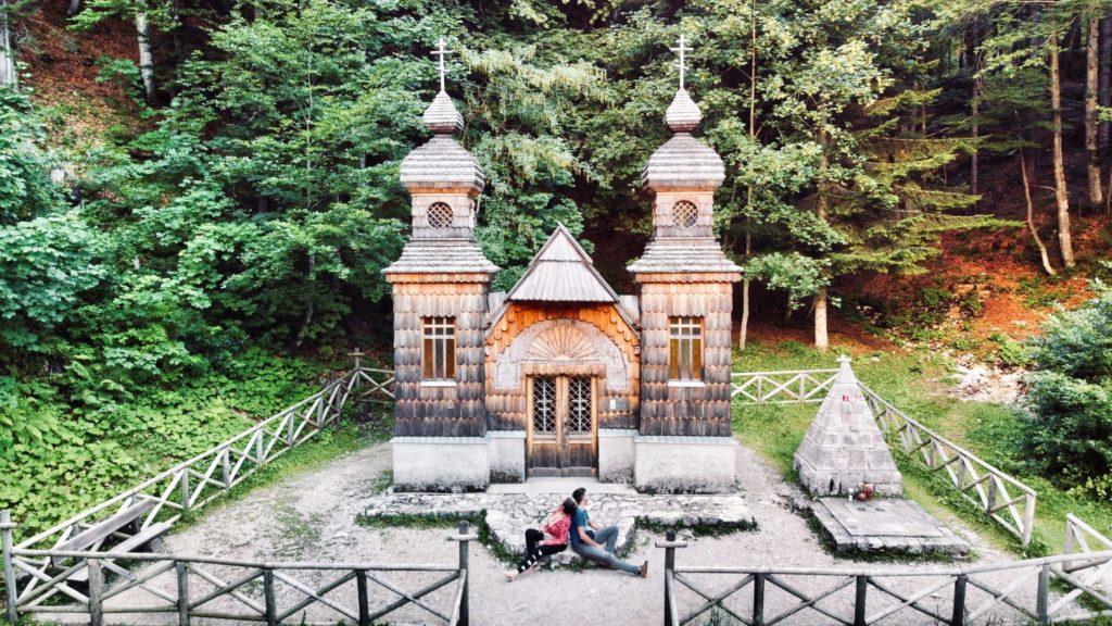 Petite photo avec le drone à la chapelle russe du col de Vrsic avec les couleurs de fin de journée