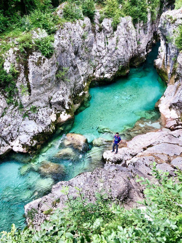 Petite pause dans le grand Canyon des Gorges de la Soča. L'eau est transparente et turquoise