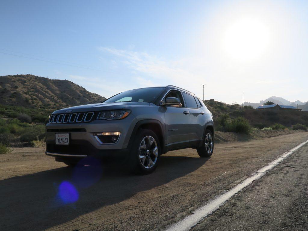 Notre voiture Jeep compass sur la route avec le soleil