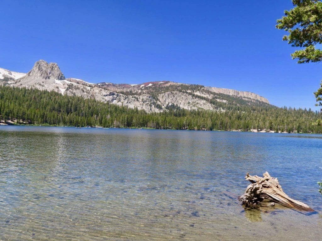 Le lac de mammoth lakes par temps ensoleillé