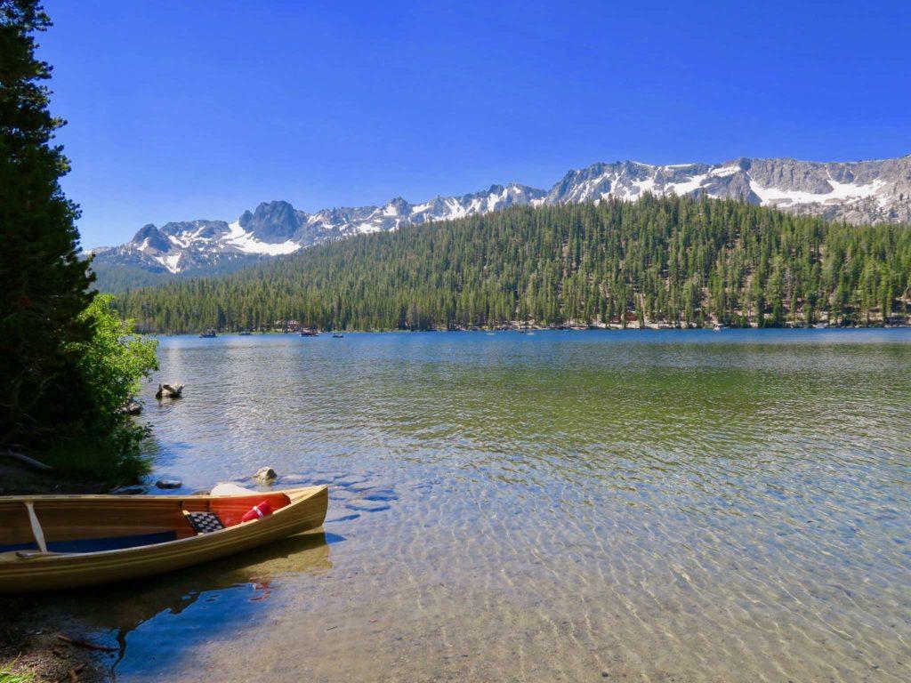 Barque rouge sur le lac de mammoth lakes au soleil