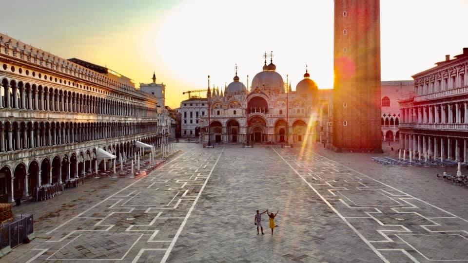 Place saint marc à Venise, photo prise avec le drone au petit matin avec le rayon du soleil