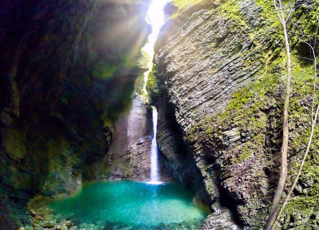 La cascade Kozjak dans toute sa splendeur avec les rayons du soleil, une merveille